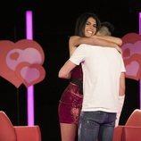Alejandro Albalá y Sofía Suescun se abrazan durante la Gala 7 de 'GH Dúo'