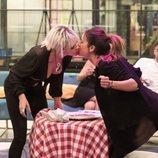 Ylenia se besa en la boca con Raquel durante la prueba de inmunidad en la Gala 7 de 'GH Dúo'