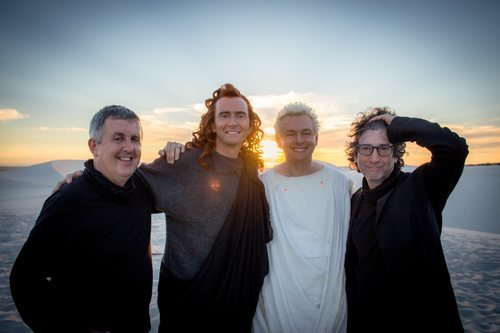 Los protagonistas de 'Good Omens' posan junto a los creadores de la serie