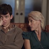 Gillian Anderson y Asa Butterfield en 'Sex Education'