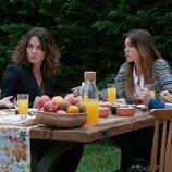Las cuatro protagonistas de 'Stiletto Vendetta' desayunan en el jardín