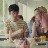 Asa Butterfield y Emma Mackey en clase de sexualidad