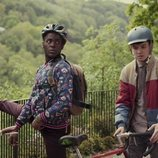 Asa Butterfield y Ncuti Gatwa con sus bicicletas en 'Sex Education'