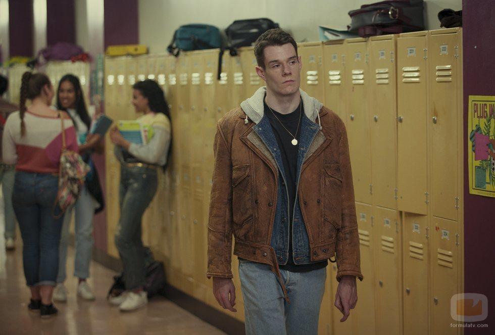 Connor Swindells es Adam en 'Sex Education'