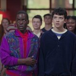 Ncuti Gatwa y Asa Butterfield sorprendidos en 'Sex Education'
