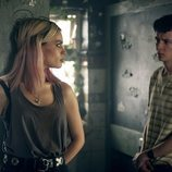 Emma Mackey y Asa Butterfield en el lugar abandonado en 'Sex education'