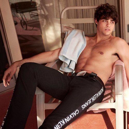 Noah Centineo posa en un provocativo anuncio de Calvin Klein