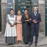 La familia Domínguez de 'Acacias 38' junto a su asistenta Arantxa
