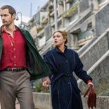 Florence Pugh y Alexander Skarsgard en 'La chica del tambor'
