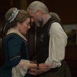 Maria Doyle Kennedy y Duncan Lacroix en la cuarta temporada de 'Outlander'