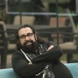 Juan Miguel, sentado en el salón en la Gala 8 de 'GH Dúo'