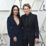 Willem Dafoe y Giada Colagrande en la alfombra roja de los Oscar 2019
