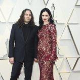 Krysten Ritter y Adam Granduciel en la alfombra roja de los Oscar 2019