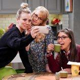 Kaley Cuoco, Melissa Rauch y Mayim Bialik en el rodaje de la última temporada de 'The Big Bang Theory'