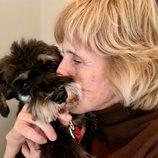 Mercedes Milá abraza a su perro Scott en 'Scott y Milá'