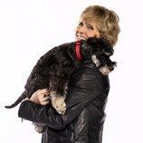 Mercedes Milá coge a su perro Scott en brazos para promocionar 'Scott y Milá'