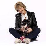 Mercedes Milá sentada junto a su perro para promocionar 'Scott y Milá'