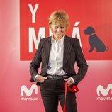 Mercedes Milá mira con complicidad a su perro Scott