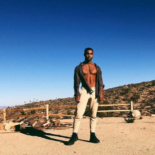 Lucien Laviscount, posando muy sexy y sin camiseta en el desierto