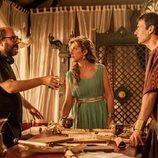 El director Borja Cobeaga da indicaciones en el rodaje de 'Justo antes de Cristo'