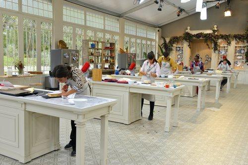 Los concursantes de 'Bake Off España' preparan un milhojas