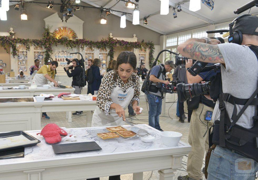 Steffana prepara una base de bizcocho en 'Bake Off España'