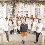 El jurado junto a los concursantes de 'Bake Off España'