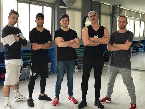 Miki Núñez junto a los bailarines de su postal de Eurovisión 2019