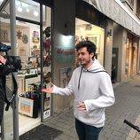 Miki Núñez frente a una tienda de interiorismo en Israel