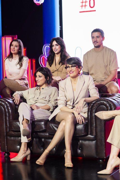 Varios colaboradores con Thais Villas durante la rueda de prensa de 'Las que faltaban'