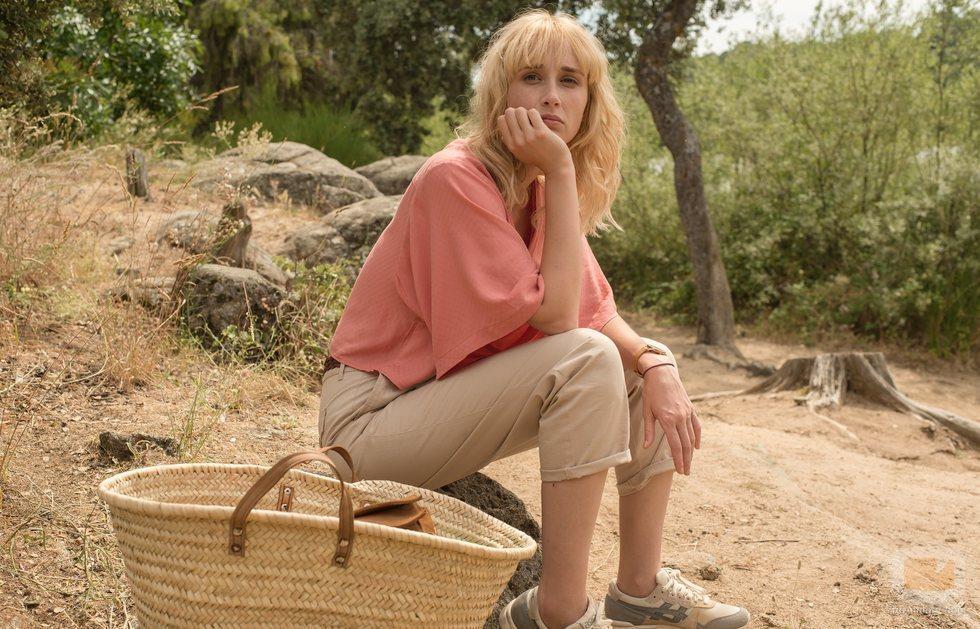 Carol sentada en mitad del campo en 'Instinto'
