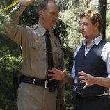 Patrick Jane junto a un policía en 'El mentalista'