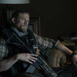 Charlie Hunnam como Ironhead en 'Triple Frontera'