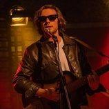 Carlos Cuevas toca la guitarra eléctrica en '45 revoluciones'