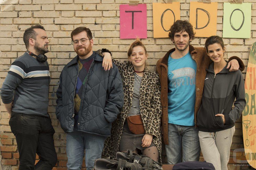 Nacho Vigalondo junto al reparto de 'El vecino'