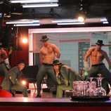 Los actores interpretan a un grupo de strippers durante el rodaje de 'Toy Boy'