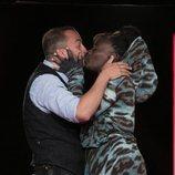 Carolina Sobe y Antonio Tejado se besan durante la Gala 11 de 'GH Dúo'