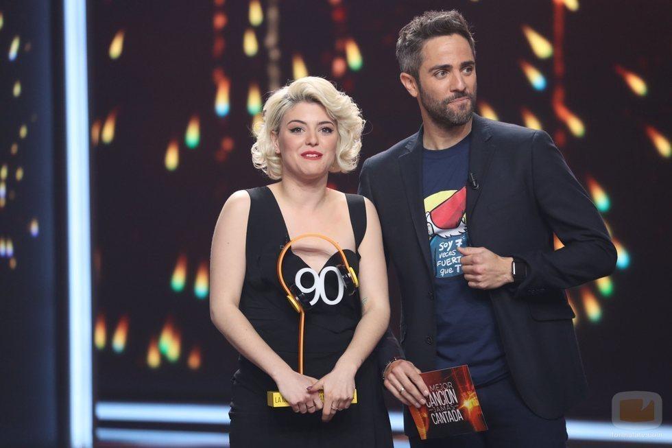 Alba Reche recibe el trofeo de la Gala 5 de 'La mejor canción jamás cantada'