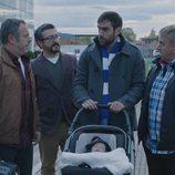 La cuadrilla acompaña a Iñaki mientras pasea con su hijo en la quinta temporada de 'Allí Abajo'