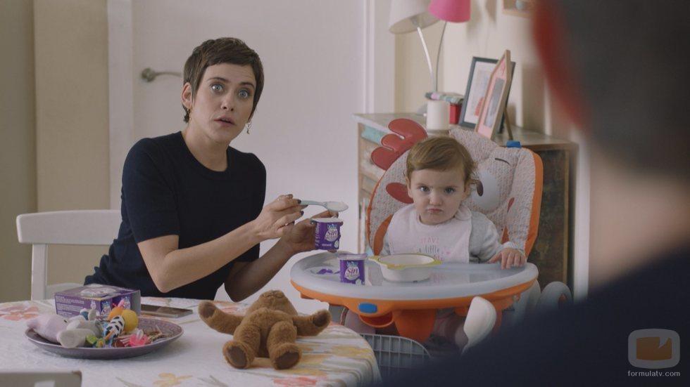 Carmen y Elaia en una escena doméstica de la quinta temporada de 'Allí abajo'