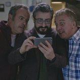 Peio, Koldo y Antxón miran un móvil en la quinta temporada de 'Allí abajo'