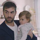 Iñaki de 'Allí abajo' sostiene a su hija Elaia en la quinta temporada