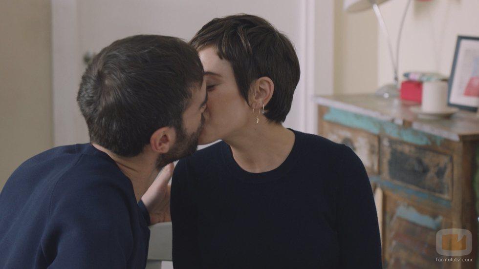 Iñaki y Carmen comparten un beso en la quinta temporada de 'Allí abajo'