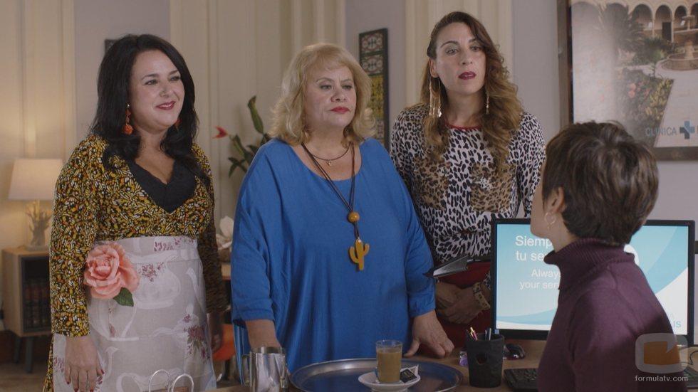Las vecinas de Carmen la visitan en el trabajo en la quinta temporada de 'Allí abajo'