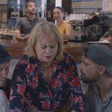 Carmina Barrios atiende el bar en 'Allí abajo'
