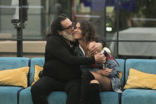 Juan Miguel dando un beso a Sofía Suescun, en la Gala 12 de 'GH Dúo'