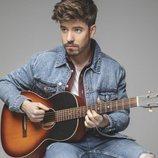 Roi Méndez promociona su disco con una guitarra