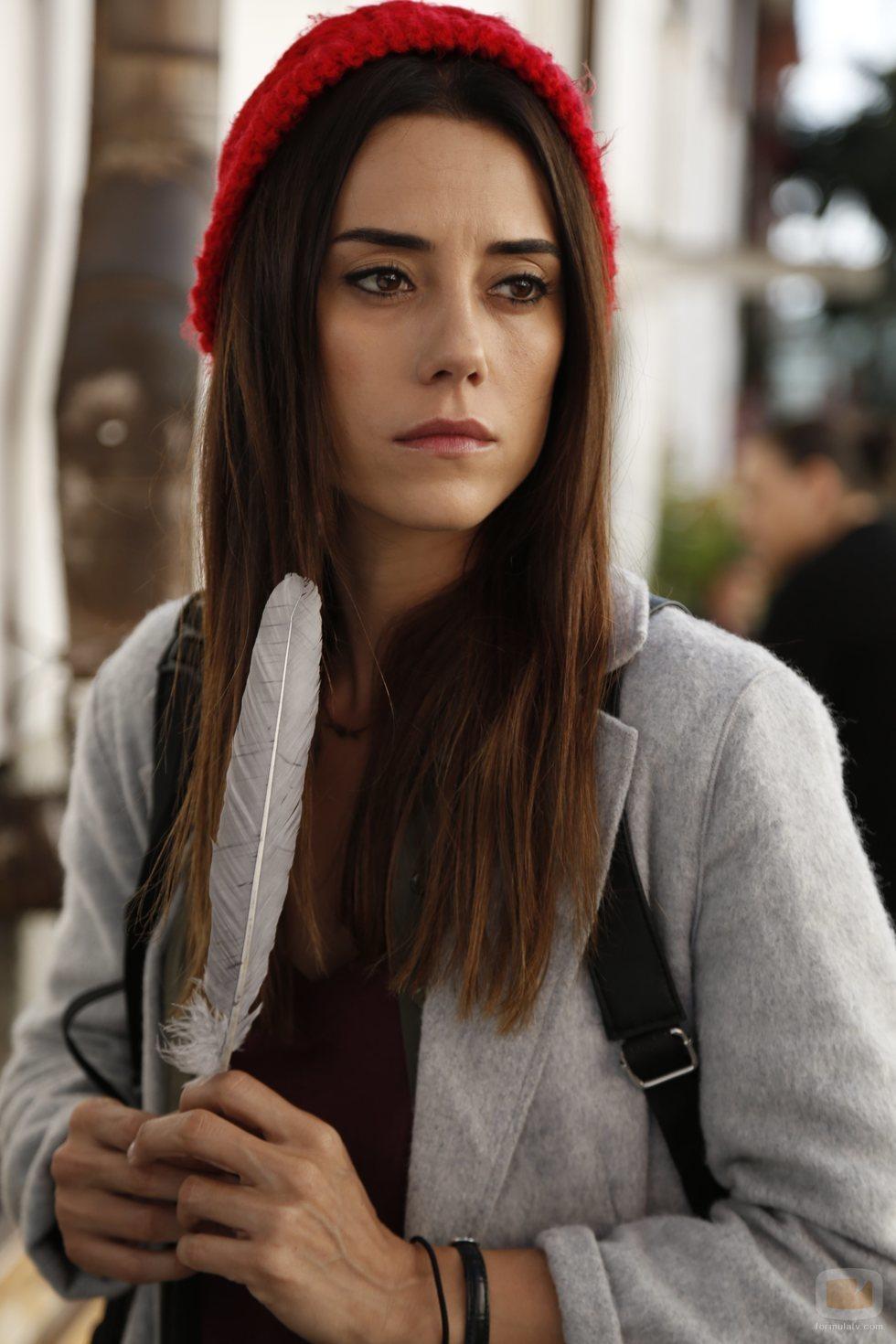 Cansu Dere como Zeynep Günes en 'Madre'