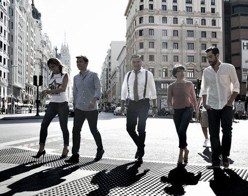 El equipo de 'El intermedio' caminando por las calles de Madrid en el año 2014