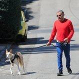 Jorge Javier Vázquez paseando con su perro durante su recuperación